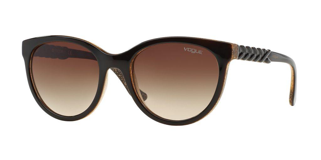 8634d539280ee Muita gente chama este tipo de óculos de mosca por terem lentes grandes que  vão do mais arredondado ao mais quadrado. Este modelo é bastante  tradicional e ...