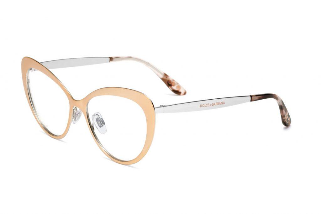 Óculos de grau em metal, com formato redondo, enriquecido na ponteira da  haste por um detalhe que evoca as volutas barrocas. O modelo está  disponível nas ... 149dfcde18