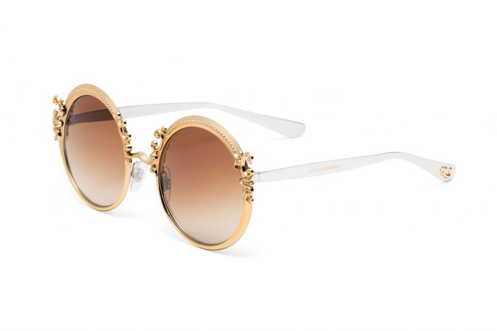 Os óculos de sol em metal, se diferenciam pelo amplo formato olho de gato e  o trabalho nos detalhes e hastes que remetem a textura do gorgurão. f8c9cf637f
