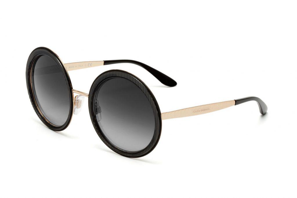 Óculos de grau em acetato, que se diferenciam pela armação frontal e pelas  hastes, com trabalho que remetem a textura do gorgurão. O modelo está  disponível ... 799079c845