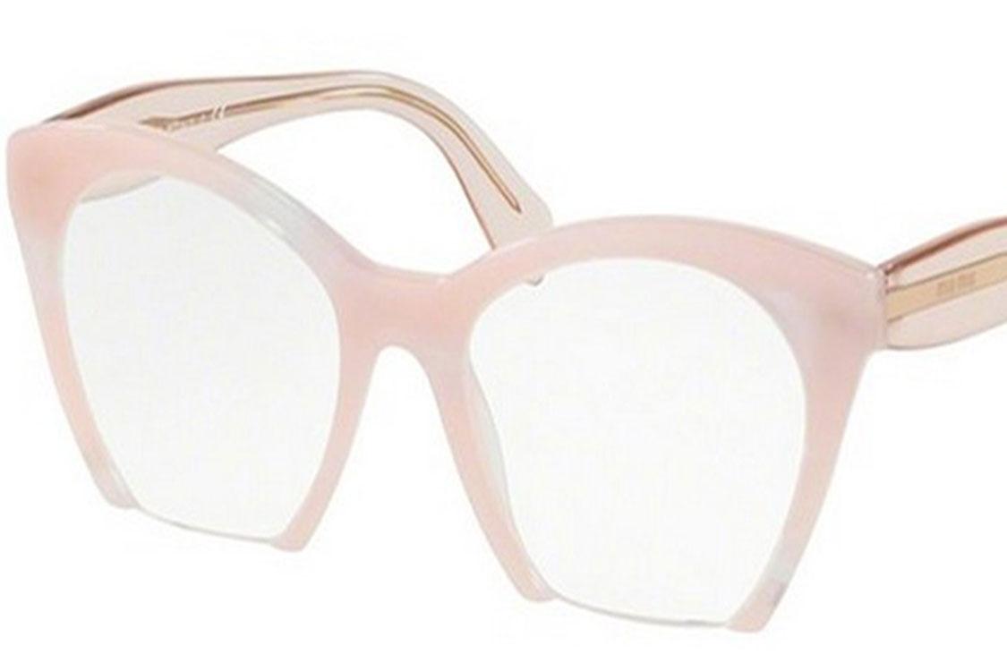 """Menções aos anos cinquenta fundem-se com o fascínio glamoroso da Miu Miu no novo  modelo de vista da coleção Miu Miu Eyewear. A armação """"olho de gato"""" em ... 63932d336f"""