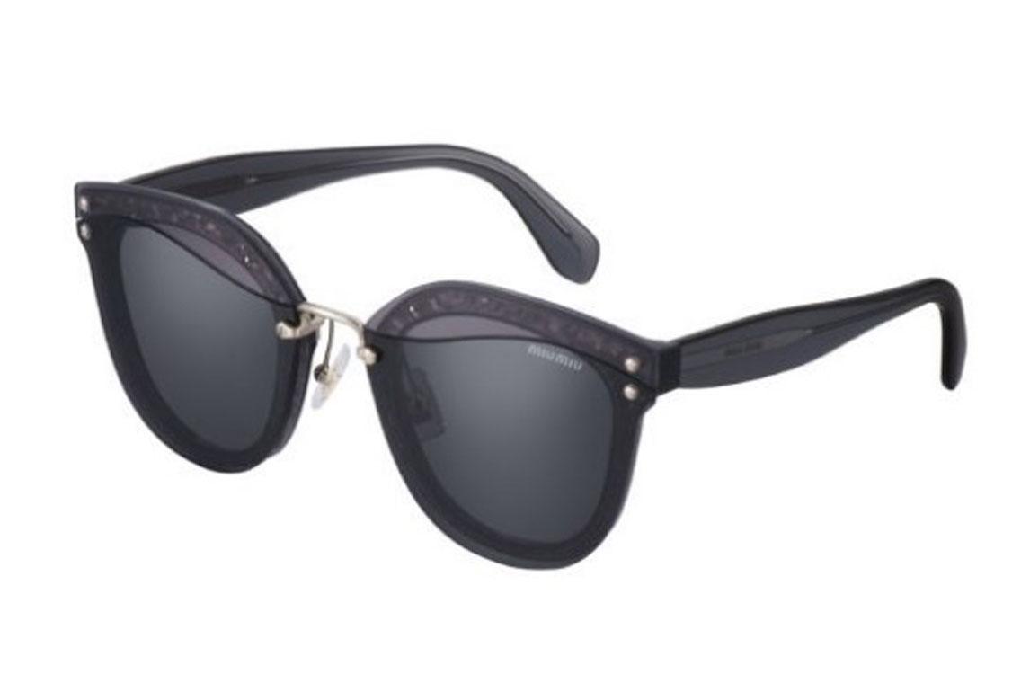 Os códigos estilísticos da Miu Miu Eyewear são reinterpretados neste novo  modelo de sol. A silhueta levemente quadrada da armação frontal em acetato  ... 9ef7eeb2a1