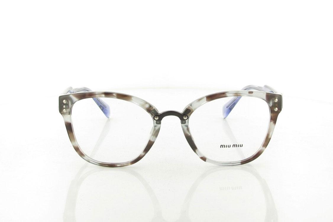 O novo modelo de vista da coleção Miu Miu Eyewear apresenta uma  feminilidade com toque glamoroso. A armação frontal quadrada em acetato é  caracterizada pela ... 68c978295b