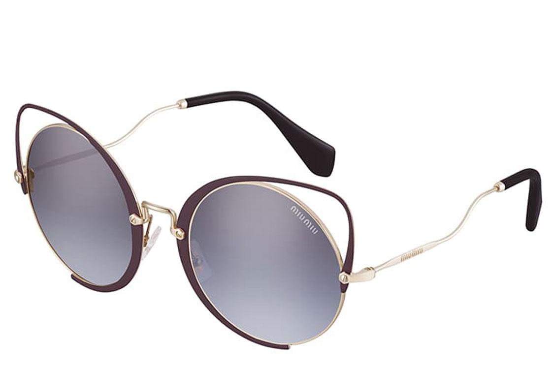 A coleção especial Miu Miu Scenique evolui para um novo modelo de óculos de  sol. 912a6f1a2f